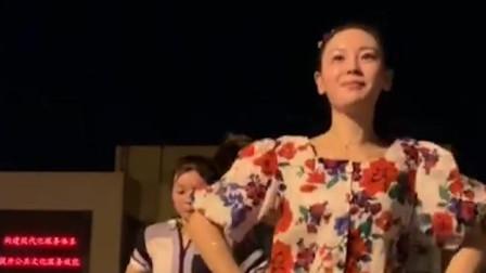 美女跳起的广场舞可爱漂亮,主意是人美动作充满活力