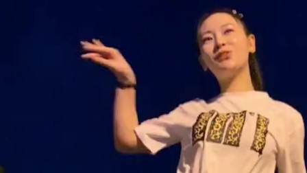 美女跳起的广场舞温柔大方,舞姿曼妙动作精神