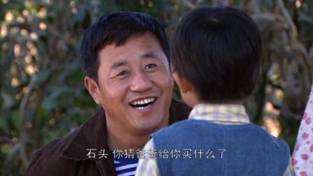 王小宝坐车回家,给孩子带了不少礼物,满屏的父爱气息
