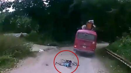 男孩骑自行车撞上行驶中的大巴 与死神擦肩而过死里逃生