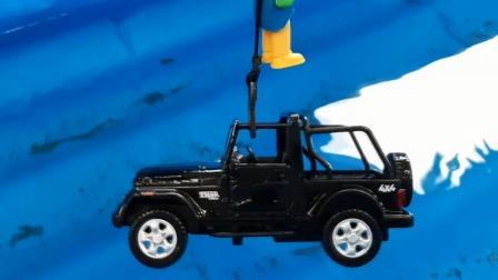两辆遥控车疾速赛车掉入水中救援队出发