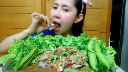 吃播:泰国美女吃货试吃生腌虾仁,配上新鲜的菜叶苦瓜,吃得贼香!