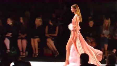 春季时装秀:粉衣美女模特一出场,这飘逸的布料,仙气十足啊!