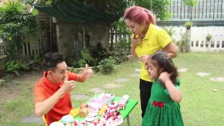萌娃小可爱带着阿姨准备去买一个生日蛋糕,小家伙要给谁过生日呢,萌娃:先保密哦