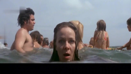 明知有鲨鱼众人还在海里游玩,对鲨鱼来说,真是一顿送上门的大餐