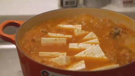 《韩国农村美食》五花肉炒香,配上豆腐辣白菜炖的软烂入味,好吃
