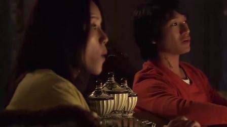 俩人一起看电视,正看到吻戏,男生尴尬想换台她却看的津津有味?