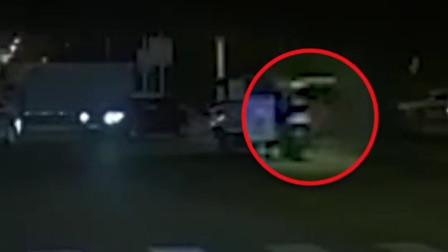 无锡桥侧翻时女子骑车猛冲躲过一劫:不敢再走事发地