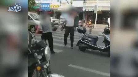 俩路怒症男发生碰撞,当街持头盔猛砸对方