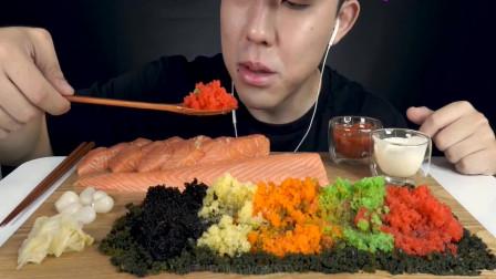 小哥哥吃生鱼肉,配着海葡萄和鱼子,大口嚼的咯吱咯吱响,吃相诱人