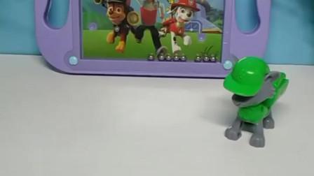 育儿亲子游戏玩具:灰灰想和莱德他们一起照相