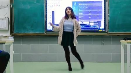 美女老师教室跳《极乐净土》火了,有这种老师,肯定不翘课