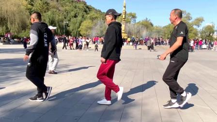 广场曳步舞《对不起现在我才爱上你》3位男士演跳,舞步娴熟帅气