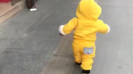 真有前途! 小男孩路上走着,突然撞见一个美女,接下来的反应,太逗了!