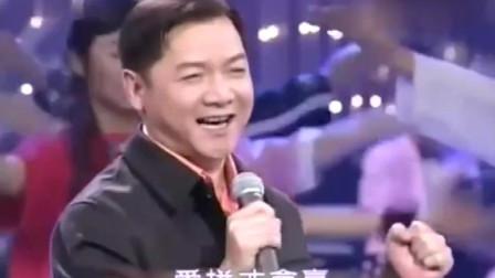 经典歌曲《爱拼才会赢》原唱的现场版,唱得太棒了,表情很抢戏