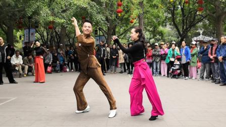 欧阳老师和冰雪老师表演双人广场舞《爱上一朵花》动作干净利落