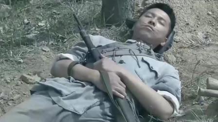 新兵抱着枪睡觉,司令看到后想把枪拿走,新兵是位隐藏的高手