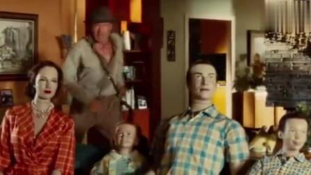 小镇上突然放起广播,大叔一听立马察觉不对劲,躲进冰箱逃过一劫