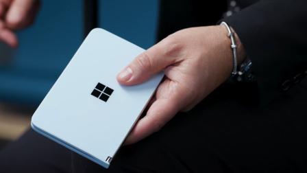 微软发布最新折叠屏?对比华为MateX,网友:差太多了!