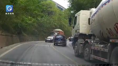 【重庆】轿车越线试图超越罐车 对向大货车无法避让将其推着后退数米