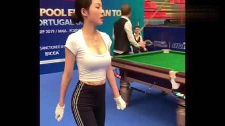 台球美女裁判王钟瑶,值裁现场视频,真是赛场上的一道靓丽风景线