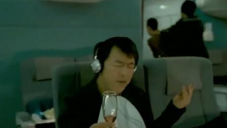 歹徒这边在劫机,黄渤却还在听音乐,听的还很入迷!