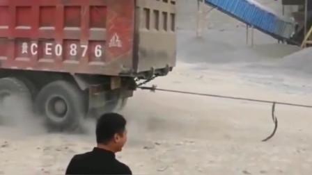铲车和大货车拔河,这结果我真不敢乱猜!