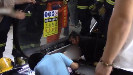 """上海一2岁多女童乘自动扶梯摔倒 瞬间被死死""""咬住""""险失右臂"""