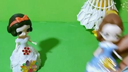 育儿亲子游戏玩具:白雪救了贝尔却被误会了