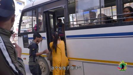 在尼泊尔坐公交,几毛钱能坐老远,可是女性为什么和男性分开坐?