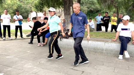 72岁大爷学跳鬼步舞《中国美草原美》和美女学员跳得一样好,真棒