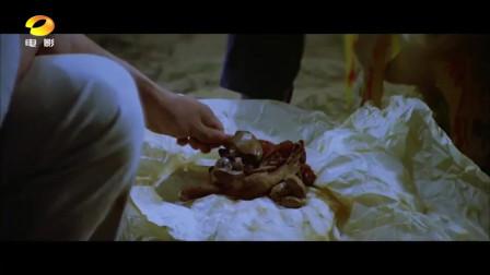好可怕!赶尸师徒桥边休息吃鸡腿,结果身边的僵尸在咽口水!