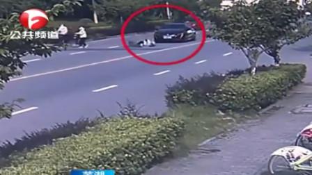 芜湖:试驾车撞上自行车 ,老人被撞骨折