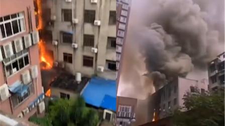 四川一大楼突发火灾:火苗从底楼窜到楼顶