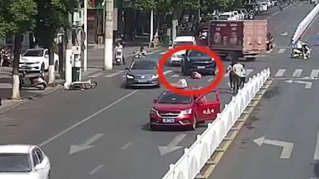 女子被车撞倒又遭后车碾压 众人抬车急救人