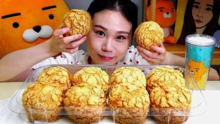 韩国吃播小姐姐,吃播几个超大奶油泡芙,看起来好好吃啊!