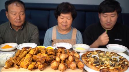 韩国农村一家人,小伙带着父母吃炸鸡与披萨,看着太香了!