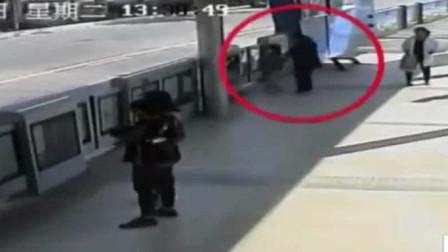 济南:爸爸低头玩手机, 27秒弄丢孩子
