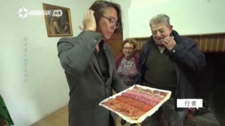 男子体验西班牙风情,火腿配上葡萄酒,吃到手扶墙的程度