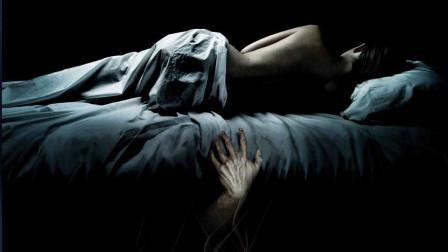 女主床下每晚都有个男人!看完这电影后再不敢一个人睡了!