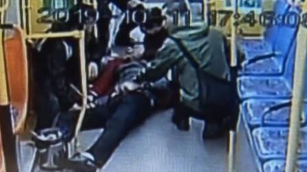 沈阳:老人公交车上晕倒 ,两名学生跪地安抚