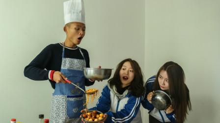 学生为了吃饱饭,拿两个盆打饭,一个打一个接