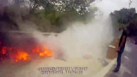 【重庆】货车突发自燃致货物被烧 高速执法人员紧急施救