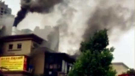 【重庆】重庆一酒楼发生火灾 现场火势凶猛浓烟冲天