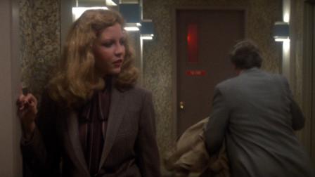 美女与男子一起等电梯,电梯门刚打开男子就被吓跑了,电影《剃刀边缘》
