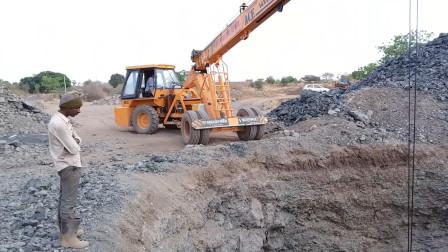 挖口井都用上挖掘机了,挖了几十米也没见水,真是太难了!