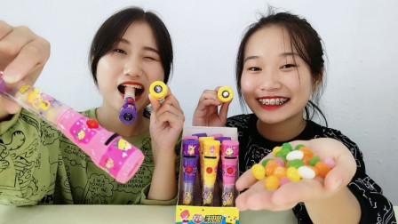 """俩女孩试吃趣味""""投影手电筒糖果"""",点亮超多卡通图,香软甜蜜"""