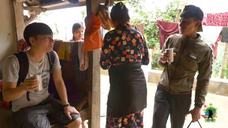 偏僻的尼泊尔农村,村里第一次来了中国人,女主人请他们喝酸奶