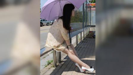 女子正在等公交车,两男子下车冲她扑去,她无力闪躲!