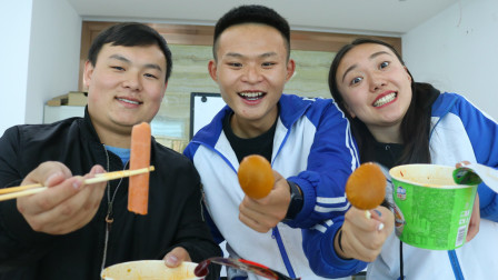 学生考试比赛吃泡面,谁的花样多谁就是满分,学渣的做法真有趣